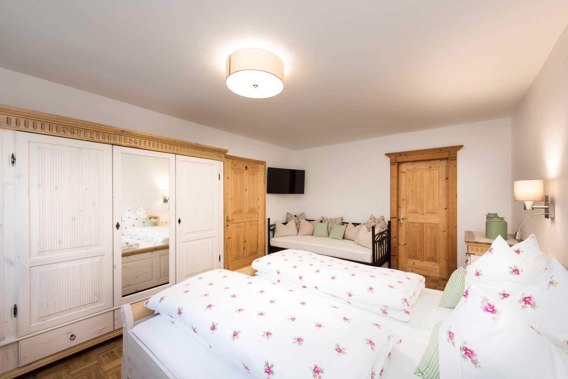 Ferienwohnung Siebenschläfer in Neustift im Stubaital - Schlafzimmer mit TV