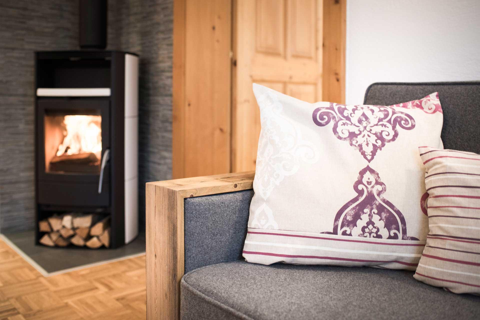 Ferienwohnung Siebenschläfer in Neustift im Stubaital - Sofa & Kamin