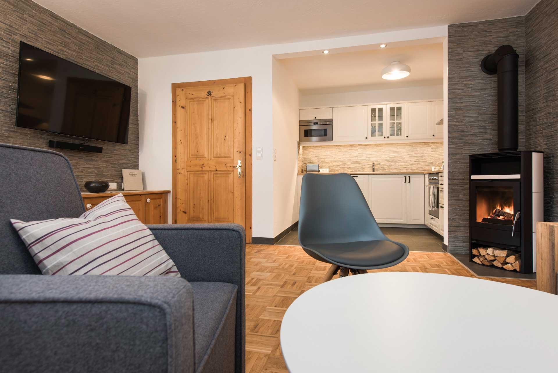 Ferienwohnung Siebenschläfer in Neustift im Stubaital - Wohnbereich mit Ofen